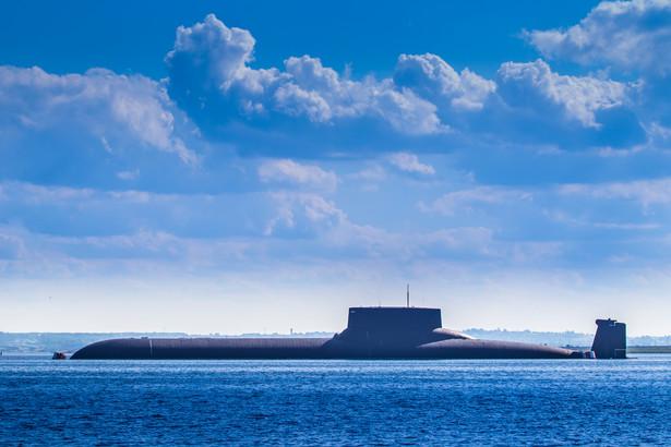 """Francuski dziennik podkreśla, że """"decyzja Waszyngtonu o eksporcie amerykańskiej technologii nuklearnej w zakresie napędu okrętów podwodnych do Australii to zła wiadomość w kwestii proliferacji (broni jądrowej)"""""""