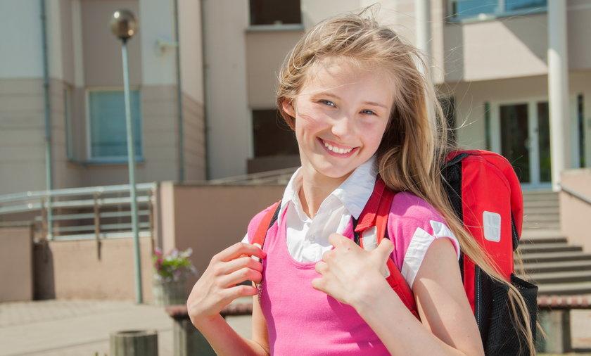 Dziewczynka przed szkołą