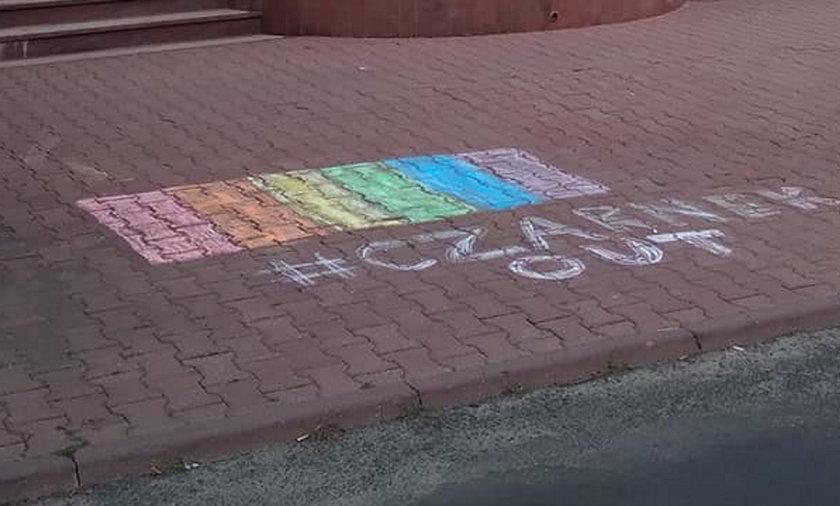 Tęcza na chodniku przed siedzibą TVP Lublin i napis #CzarnekOUT