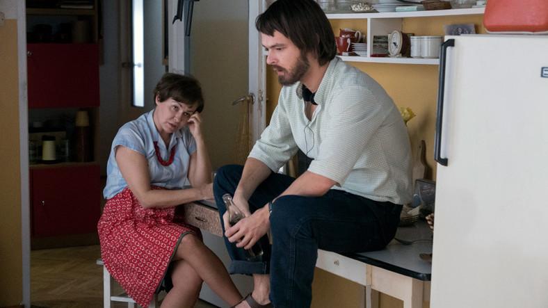 """Kadr z filmu """"Ostatnia rodzina"""". Tomasz Beksiński (Dawid Ogrodnik) siedzi w kuchni u mamy, Zofii Beksińskiej (Aleksandra Konieczna) / fot. Hubert Komerski"""