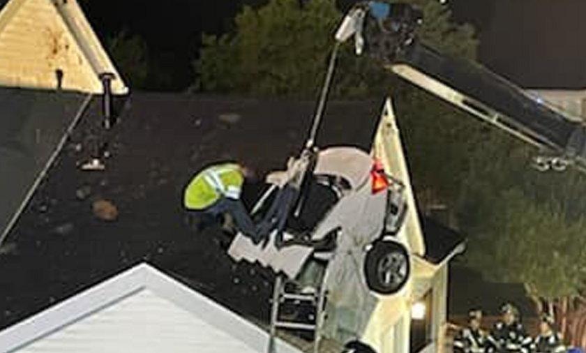 Biały Chevrolet Malibou wypadł z trasy i przebijając dach stojącego obok domu wleciał do sypialni.