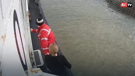 Andrijana J. sa mornarom koji joj je pomogao da izađe iz vode