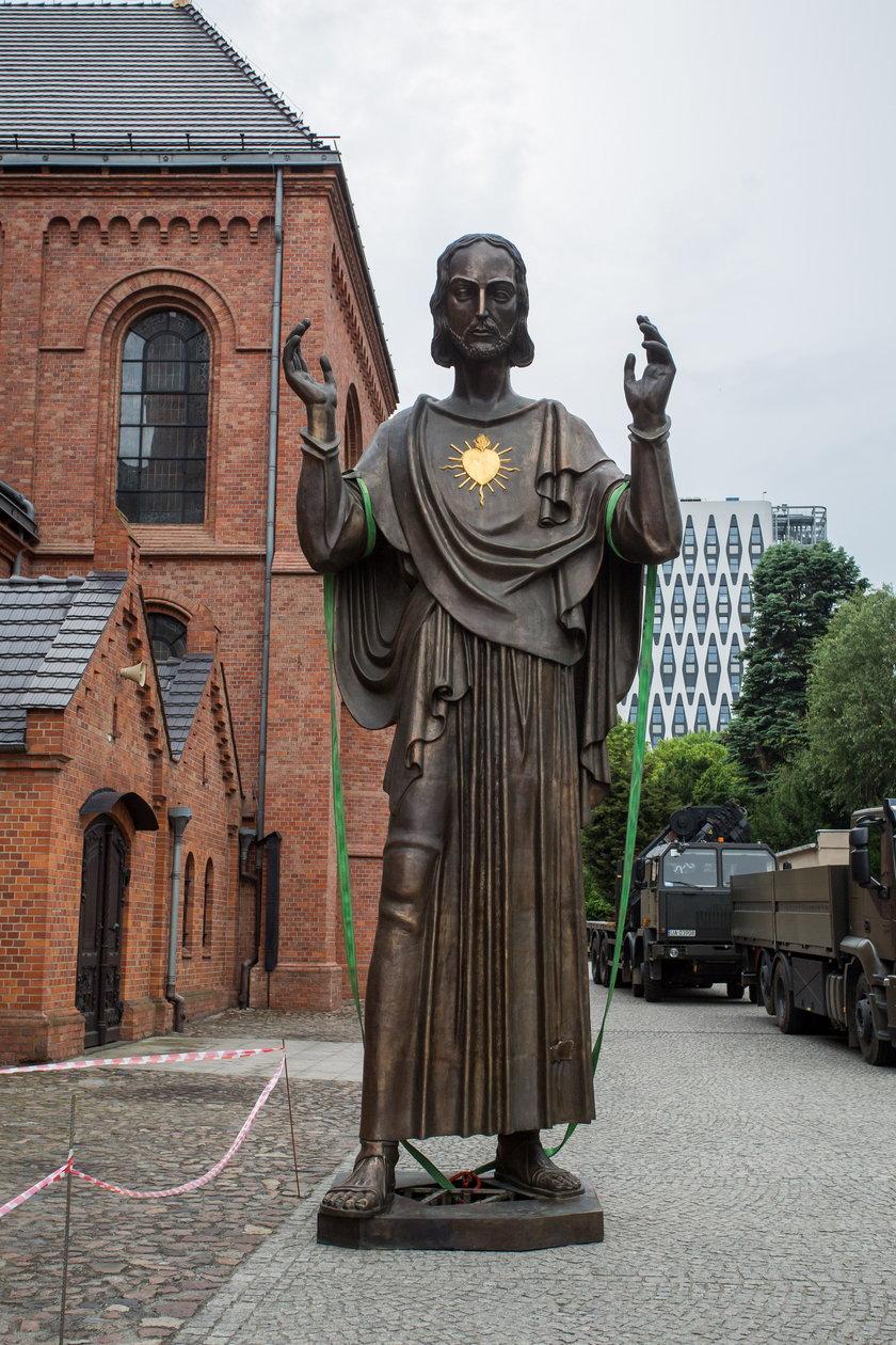 Komiter Odbudowy Pomnika Wdziecznosci sprowadzil olbrzymia Figure Jezusa Chrystusa do Poznania