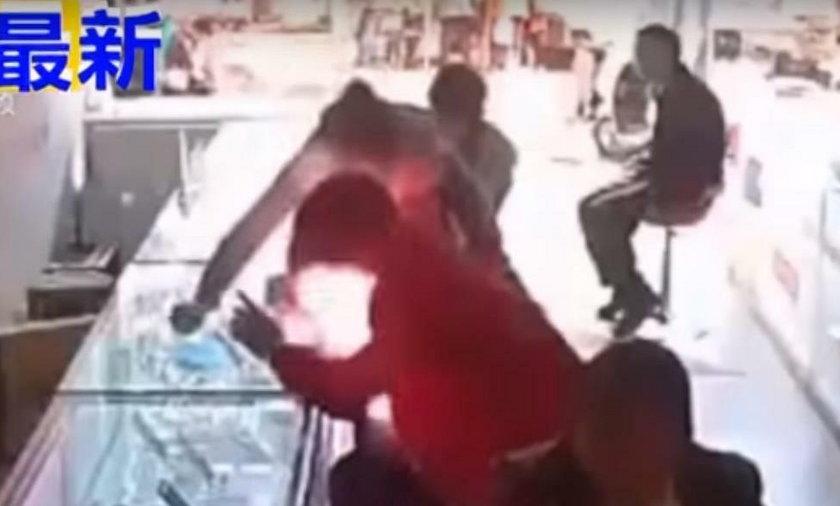 Telefon wybuchł mu w rękach. Wstrząsające nagranie ze sklepu