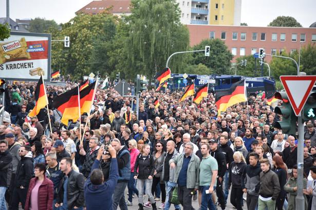W ostatnim wywiadzie przewodniczący partii Alexander Gauland powiedział wprost: Pokojowa rewolucja przeciwko systemowi Merkel. Nierealne? Trzy lata temu nierealne było wejście AfD do Bundestagu.