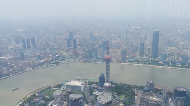 Widok z góry jest imponujący, ale widać, że miasto jest zasnute, a przejrzystość powietrza zostawia wiele do życzenia