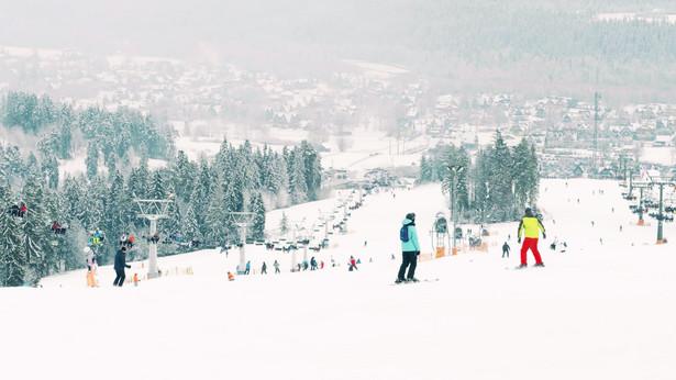 Zima na narciarskim stoku marzeniem na nadchodzące ferie zimowe