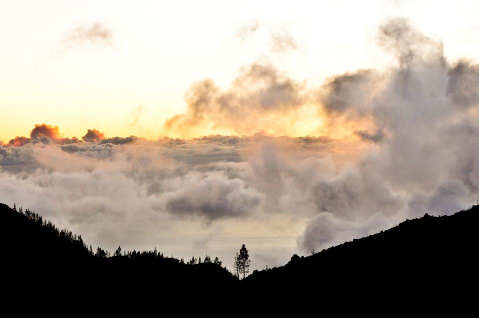 Podczas wędrówek po górach zdaje się, że chmury są jakby na wyciągnięcie ręki, podczas gdy wędrujemy nie tylko z głową w chmurach, ale cali jesteśmy zanurzeni w białym puchu.