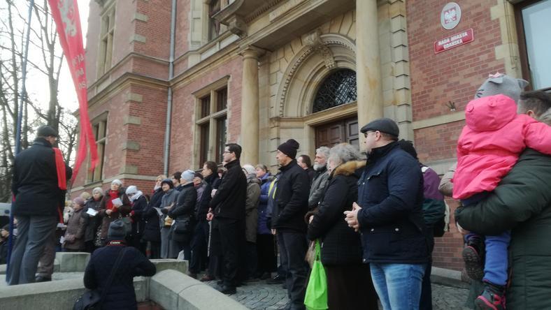 Dwie manifestacje pod Ratuszem w Gdańsku. Jedni się modlili, inni śmiali z absurdów