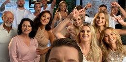 """Uczestnicy nowego """"Tańca z gwiazdami"""" integrują się na sesji zdjęciowej. Oliwia Bieniuk i Kinga Sawczuk dobrze się bawiły!"""