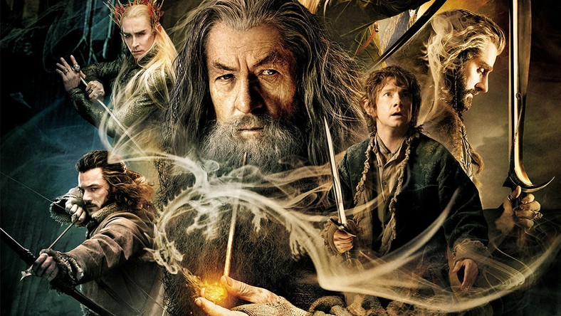 """""""Mam podejrzenie, że Peter Jackson jest hobbitem. Kto inny jak nie mieszkaniec sielskiego Shire mógł nakręcić film dostarczający widzowi tylu drobnych przyjemności. Choć skala, stawka i ton opowieści w >>Pustkowiu Smauga>Władcy Pierścieni<<, obie serie łączy ten sam zew przygody i brawurowe wykorzystanie potencjału świata wykreowanego przez J.R.R. Tolkiena. Śródziemie to wciąż świetna miejscówka na dwuipółgodzinną ucieczkę od rzeczywistości"""" (Łukasz Muszyński, filmweb24)"""