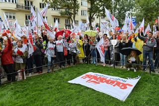 'Czerwona kartka dla minister Zalewskiej'. Protest nauczycieli i związkowców Solidarności przed ministerstwem edukacji