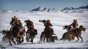 Chińscy Kazachowie polują z orłami - wspaniała tradycja i piękna sceneria