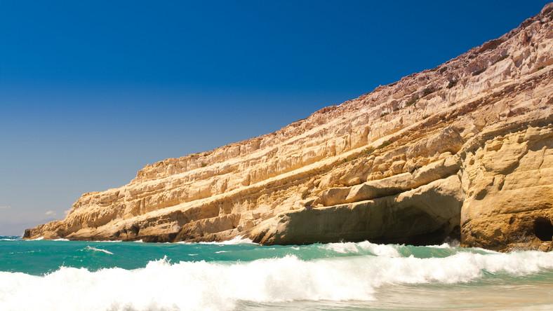 Plaża w Matali na południu Krety jest jedną z najpiękniejszych plaż w Grecji. Fale Morza Śródziemnego rozbijają się o skały porozcinane jaskiniami, które w latach 60. były ulubionym miejscem spotkań hippisów z całego świata. Są one dostępne dla zwiedzających