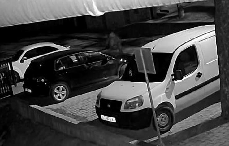 Lopov se prišunjao automobilu, pa u njega ušao kroz zadnja vrata