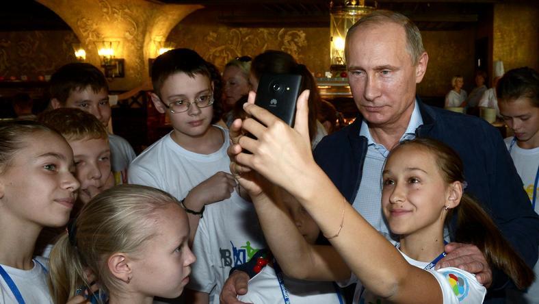 Władimir Putin w towarzystwie dzieci