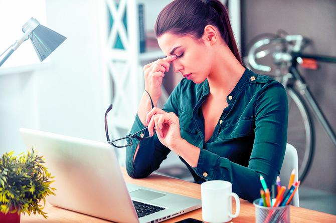 Glavobolja, zamagljen vid, crvenilo i svrab očiju su neke od tegoba ukoliko patite od sindroma kompjuterskog vida