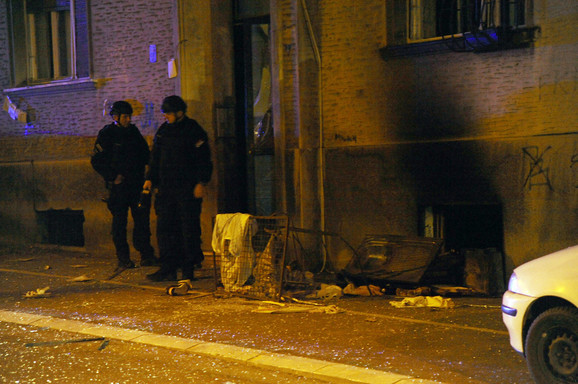 Policajci su jednu od stanarki izvlačili kroz prozor iz stana