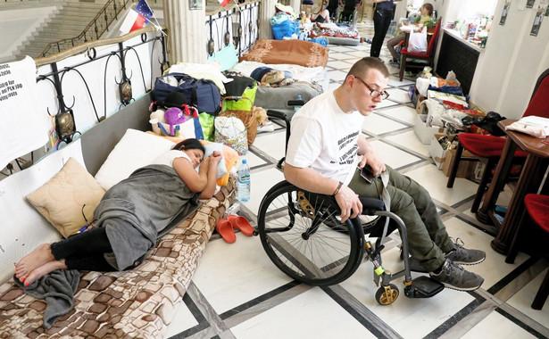 """""""Kancelaria Sejmu, jako gospodarz protestu, czyni wszelkie starania, by pobyt osób protestujących, a w szczególności tych z nich, które są osobami z niepełnosprawnością, był komfortowy, w granicach istniejących możliwości"""" - głosi komunikat."""