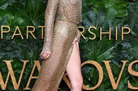Obukla je haljinu KOJA SAMO IZ OVOG UGLA može da izgleda dobro: Ne vrede joj NOGE KOJE ZARAĐUJU 22 MILIONA DOLARA, jer kad se okrenula PUKLA JE BRUKA!