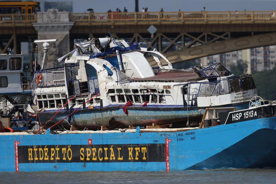 Fent a tragédiát okozó hatalmas Viking Sigyn hajó, lent a ronccsá lett Hableány / Fotó: Isza Ferenc