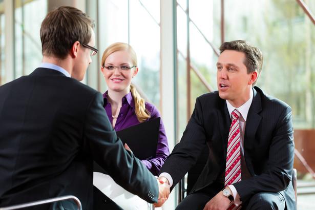 Znajomość firmy to podstawa Przed rozmową dowiedz się jak najwięcej o firmie, do której aplikujesz oraz o jej produktach. Niezbędne minimum to znajomość sztandarowych marek. Najlepsze wrażenie robią na mnie kandydaci na przedstawicieli, którzy z sami z siebie zaczynają opowiadać o swojej branży. Po tym od razu widać, że dana osoba jest pełna pasji i biegle porusza się w temacie – mówi Katarzyna Kluska, Deputy HR Manager w agencji pracy Jobs Plus. Przed rekruterem warto pochwalić się znajomością rynku, produktów i konkurencji – dobrze zainwestować trochę wysiłku i zapoznać się np. z raportami rynkowymi.
