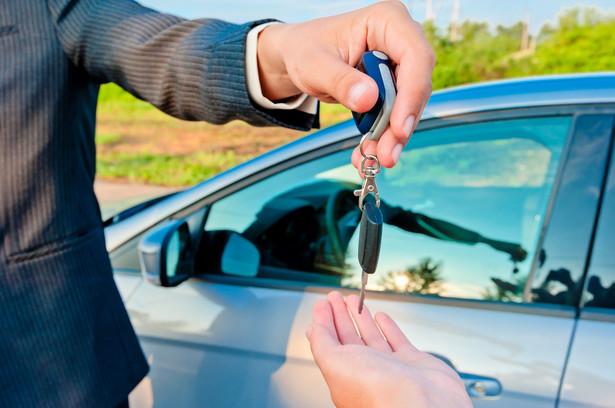 Wynajem samochodu opiera się na zasadach dotyczących najmu rzeczy (ruchomości) zapisanych w przepisach kodeksu cywilnego.