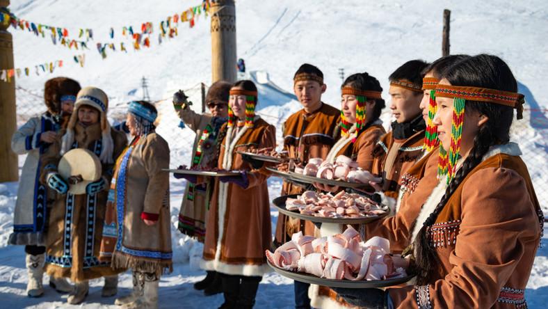 Jakuci mimo stuleci rosyjskiego panowania nie zapomnieli języka, daleko spokrewnionego z tureckim, ani poczucia dumy narodowej