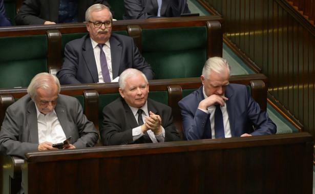 """""""Chcę powiedzieć wyraźnie, że kierownictwo partii ani Jarosław Kaczyński nic o takim zatrudnieniu nie wiedział i z całą pewnością będziemy sprawę wyjaśniać"""" - dodała Mazurek."""