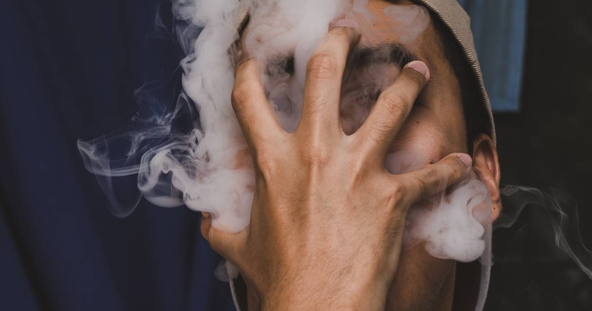 Typ rammt Polizei-Auto, weil er wegen Cannabis-Wolke nichts sehen kann