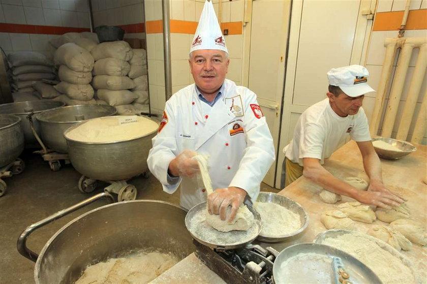Piekarz w piekarni