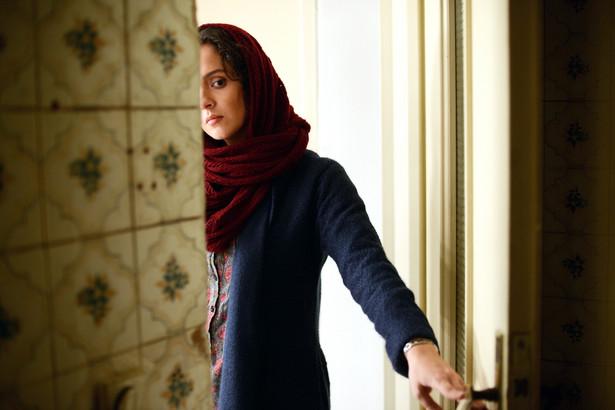 """Klient, reż. Asghar Farhadi Dobry film powinien zaczynać się od trzęsienia ziemi, a potem napięcie powinno rosnąć. Farhadi, twórca cenionego """"Rozstania"""", wziął sobie do serca radę Hitchcocka i dokładnie taki jest jego najnowszy tytuł. Naprawdę zaczyna się od trzęsienia ziemi. W pierwszej scenie młode małżeństwo budzi się w środku nocy w swoim mieszkaniu w Teheranie, cały dom się trzęsie. Bohaterowie muszą się w pośpiechu ewakuować. W wyniku dramatycznego, nieprzewidywalnego rozwoju akcji ich postawy zostają wystawione na próbę. Napięcie, jakie osiąga Farhadi w finałowych minutach filmu, jest trudne do zniesienia. [opis dystrybutora kino] Polska premiera: 21 kwietnia 2017"""