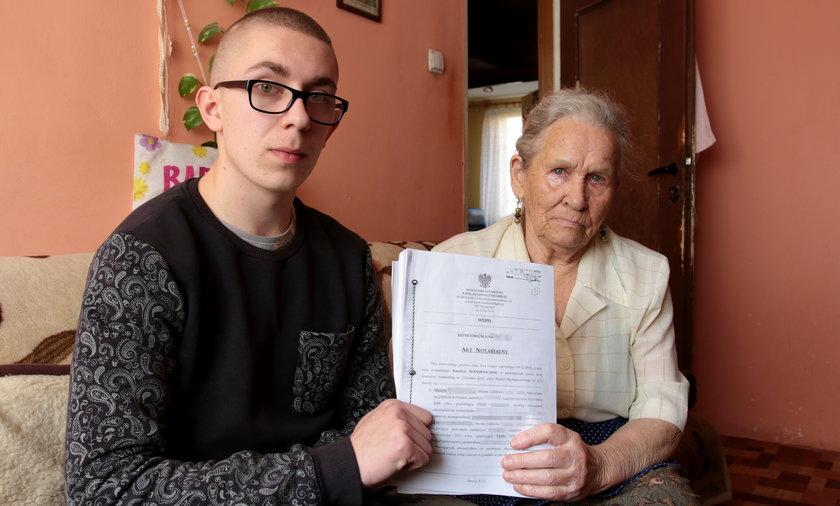 85-letnia Zofia Pilarska z Tczewa i jej wnuk Maciej zostali sprzedani wraz z mieszkaniem