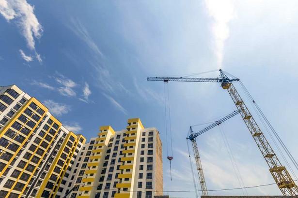 Lekki wzrost cen nieruchomości obserwowany w ostatnich kwartałach, powinien się utrzymać w kolejnym roku. Warto pamiętać, że doniesienia o kilkunastoprocentowych wzrostach w niektórych miastach to efekt statystyczny, a nie realny wzrost cen – np. w Łodzi deweloperzy budują więcej mieszkań w centrum, zatem średnia cena transakcyjna rośnie, ale nie rosną ceny konkretnych lokali. Nawet po lekkim obniżeniu popytu deweloperzy notować będą bardzo dobre wyniki, bo nowe mieszkania nadal są i będą w cenie. Aktualnie sprzedaje się wszystko, także dopiero co rozpoczynane budowy, a do momentu, gdy to sprzedawcy będą szukać kupujących, brakuje jeszcze sporo czasu.