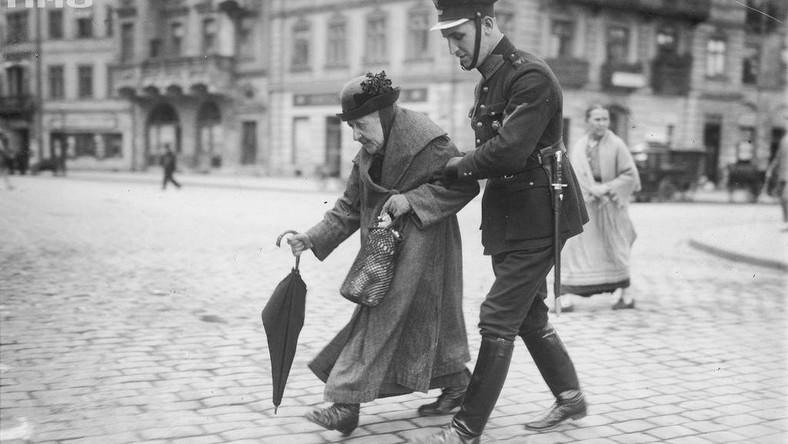 Funkcjonariusze Policji Państwowej podczas pełnienia służby w Warszawie (lipiec 1927 roku) źródło: Narodowe Archiwum Cyfrowe
