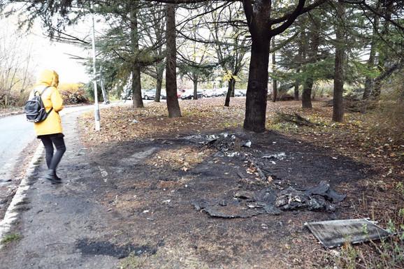 Vozilo koje je korišćeno u napadu pronađeno je spaljeno. U njemu je bila i puška iz koje je pucano