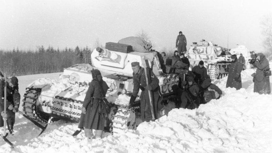 Niemiecki czołg PzKpfw IV zakopany w śniegu w grudniu 1941 roku