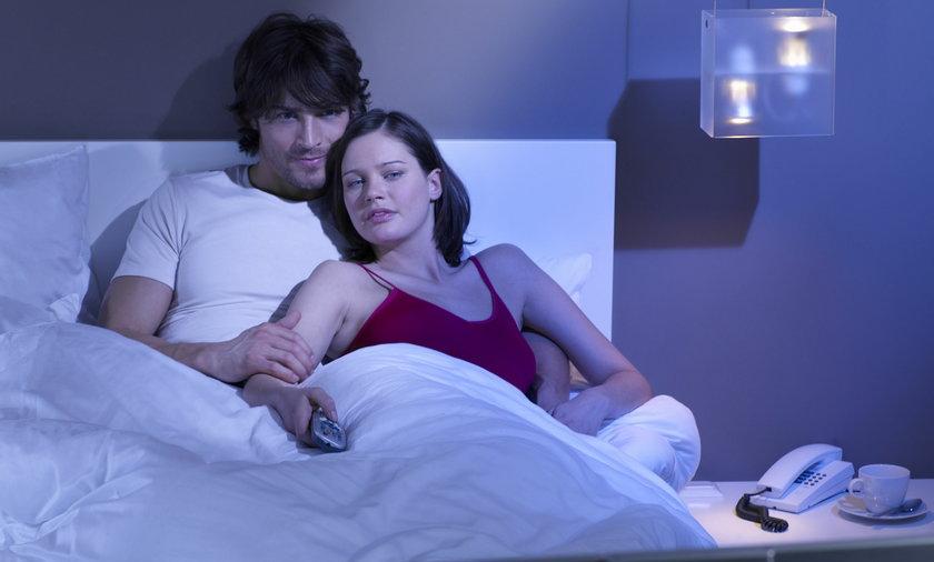 Para w łóżku ogląda telewizje