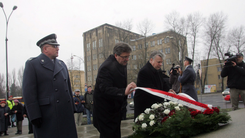 Marszałek sejmu Bronisław Komorowski składa kwiaty pod Pomnikiem Lotnika w Warszawie