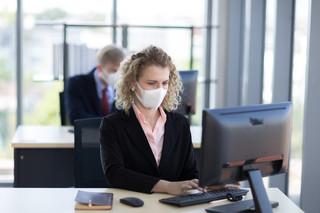 Jak organizować pracę w czasie epidemii? Bezpieczne odmrażanie firm budzi wiele wątpliwości