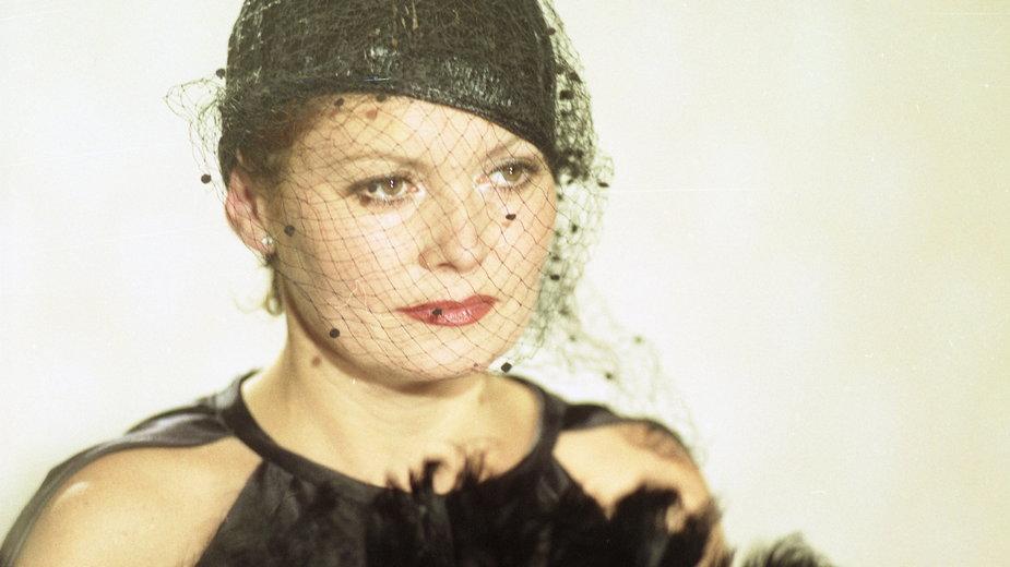 """Iga Cembrzyńska podczas zdjęć próbnych do """"Miłość ci wszystko wybaczy"""" (1981)"""