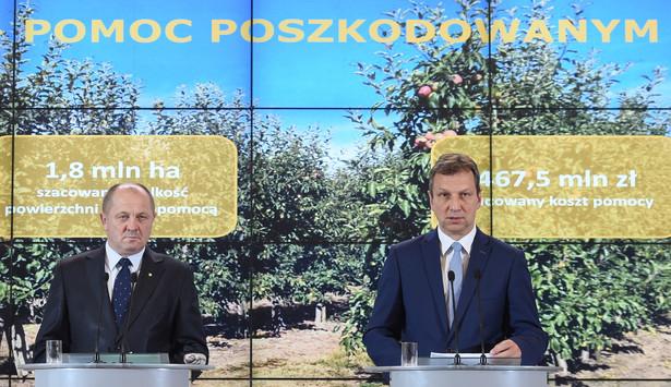 Minister rolnictwa Marek Sawicki i minister administracji i cyfryzacji Andrzej Halicki podczas konferencji prasowej po posiedzeniu rządu
