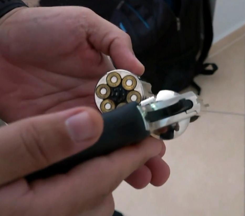 Az egyik gyanúsított lakásában egy fegyver is előkerült