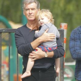 Pierce Brosnan jest dziadkiem. Agent 007 przyłapany na spacerze z najmłodszą wnuczką!
