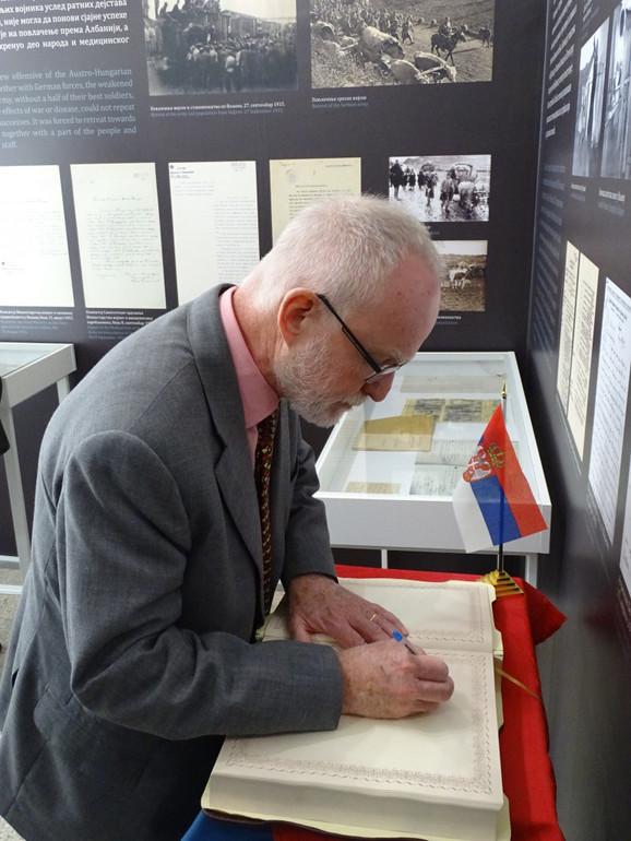 Ambasador Denis Kif upisuje se u spomen knjigu