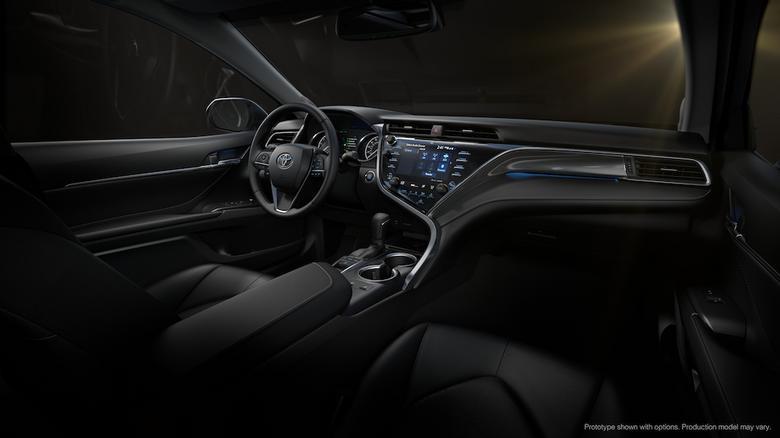 Toyota Camry. We wnętrzu znajdziemy ekran 8 cali, kolory HUD oraz system z CarPlay