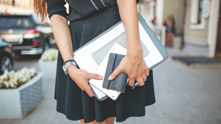 Jak wybrać eleganckie i oficjalne zestawy do pracy w biurze?