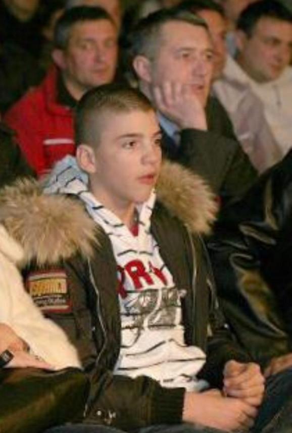 Dvanaestogodišnji Veljko Ražnatović gleda meč Nenada Borvčanina