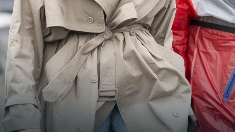 Płaszcz wiązany w talii zamaskuje wystający brzuch