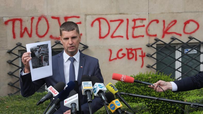 Minister edukacji narodowej Dariusz Piontkowski podczas briefingu prasowego przed siedzibą resortu w Warszawie
